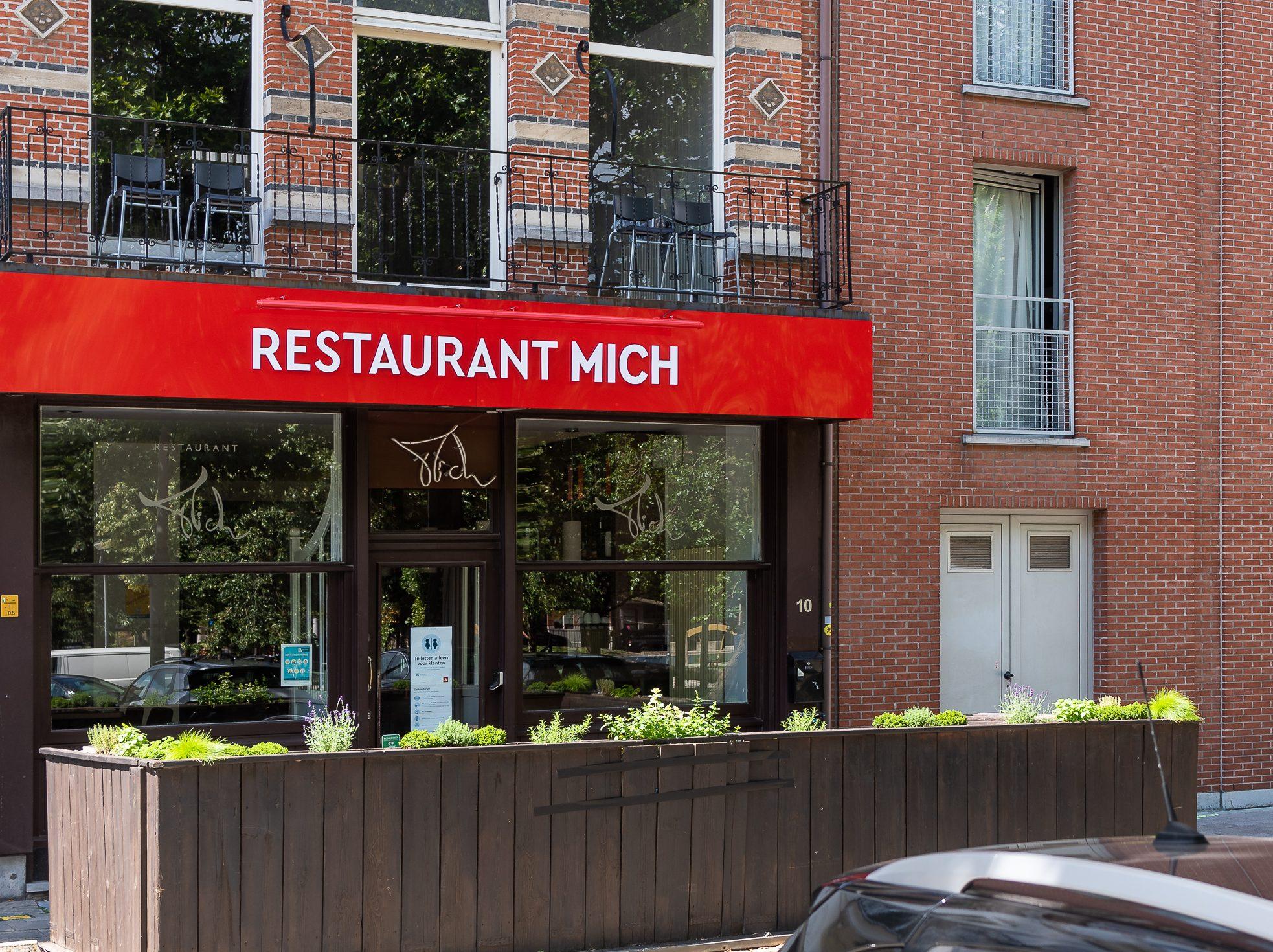 Gevelreclame voor Restaurant Mich